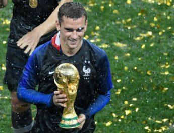 Griezmann saat membawa trofi Piala Dunia 2018